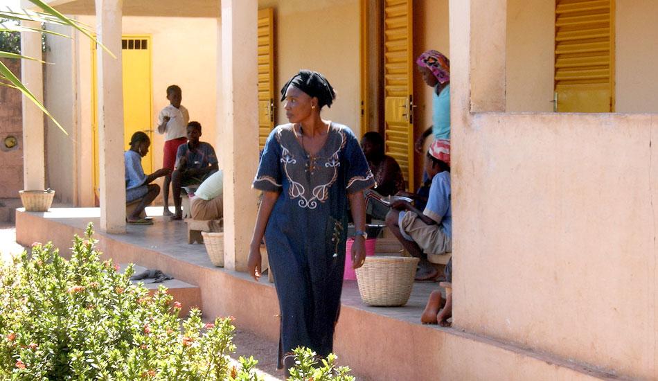 Mariam Sidibé, Betreuerin der Mädchen, vor der Veranda.