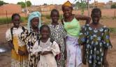 Die Gruppe der ersten Schülerinnen an der Baustelle.