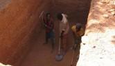 Die Bauarbeiten in Bamako: Aushub der Toilettengrube.