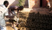 Lehmziegelproduktion auf unserem Hof.