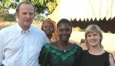 Gunthard und Leonie Weber mit Mariam Sidibé, die für die Betreuung der Mädchen sorgen wird.