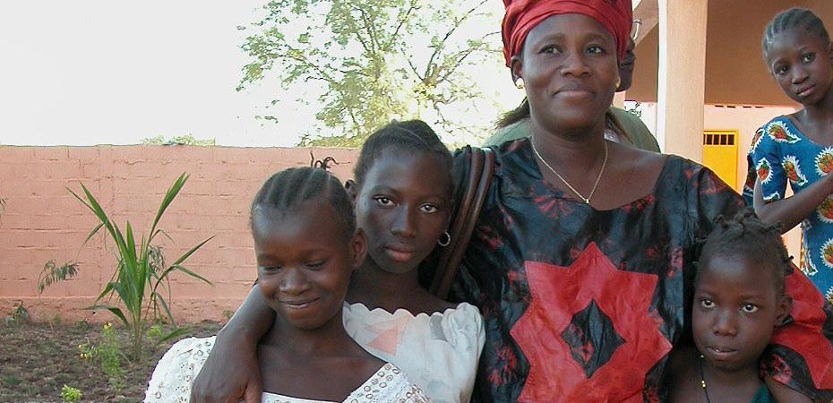 Virginie Mounkouro mit Schülerinnen von Jigiya Bon in Bamako.
