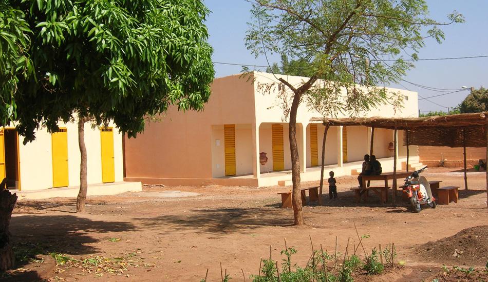 Das neue Wohnhaus wurde nach dem Vorbild von Haus 1, in dem die jüngeren Schülerinnen wohnen, gebaut. Die Gebäude gruppieren sich um einen großen Innenhof.