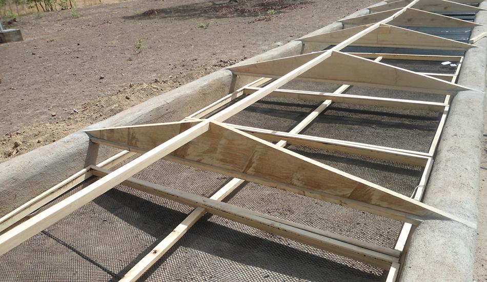 Bau einer Trockenanlage in Siokoro: Trockenzone mit Netzrahmen.