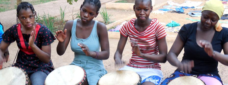 Die Schülerinnen beim Trommeln.