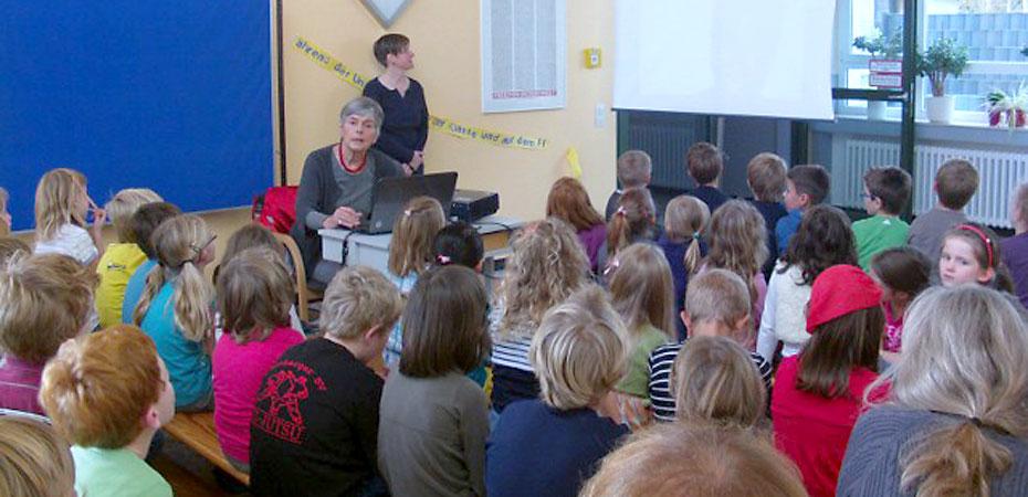 Ruth Hoffer bei der Mali-Projektwoche in der Grundschule Steckenborn