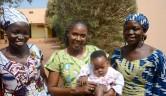 Mariam mit Marie und Kadiatou, zwei ehemaligen Auszubildenden aus dem Centre