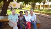 Gunthard Weber, Mariam Sidibé, Ruth Hoffer und der Voluntär Robert Spruit im Hof des Zentrums.