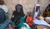 Während unseres Besuchs in Boro zeigten uns etwa 15 Frauen, wie sie aus der rohen Baumwolle, wie sie vom Feld kommt, die Fäden spinnen. Irgendwann werden die alten Frauen die Spindel nicht mehr drehen - wir wollen junge Frauen animieren, dieses Handwerk auszuüben. //