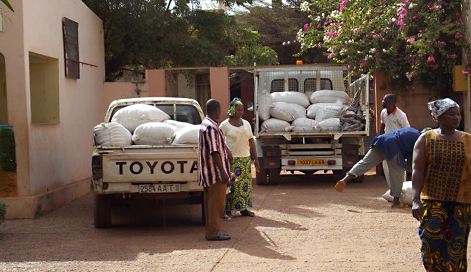 Der Bürgermeister des größeren Stadtbezirk übergibt in Anerkennung des Erreichten viele Säcke mit Hirse, Reis und Zucker.