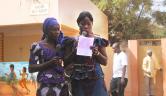 Djénéba Samaké und Djénebou Kané, zwei der 6 Mädchen, die als erste im Oktober 2004 eingezogen waren, moderieren das Programm.