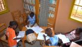 Die Mädchen bei der Erledigung der Schulaufgaben