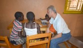 Voluntär Robert Spruit aus der Schweiz, Schulpsychologe und Kunsttherapeut, hilft den Mädchen