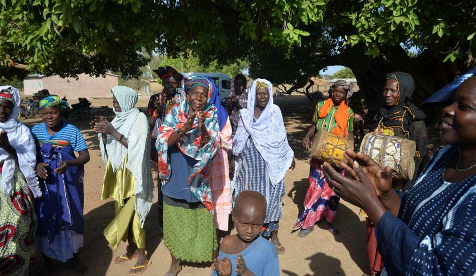 Herzliche Begrüssung beim Besuch eines Dorfes, in dem Sammlerinnen der Kariténüsse wohnen