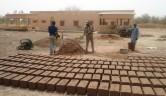 Die Ziegel für die Trockenanlage wurden vor Ort hergestellt.