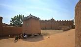 Auf dem Weg nach Djenne fahren wir durch Dörfer mit häufig großen Moscheen (hier im Hintergrund).