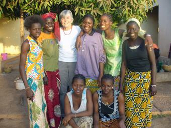 Sieben neue Schülerinnen und Azubis im Centre Jigiya Bon: Ruth Hoffer mit ihren neuen Schützlingen im November 2009