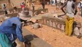 Das Fundament wird gelegt. Bauleiter ist, wie für die anderen Gebäude, Gaoussou Togo, Mitglied des Vorstands des malischen Trägervereins.