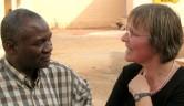 Nele Weber im Gespräch mit Scahtzmeister Mamoudou Tapily.