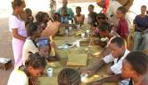 Hier wird den Mädchen Bogolan nahegebracht, eine aus Mali stammende Färbetechnik mit Naturfarben.