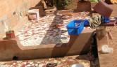 Zwei große Waschbecken, eines für die Küche – Geschirrspülen, Gemüse waschen u.a.m. - eines für den Waschtag.