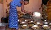 Sonntags bleibt die Köchin zuhause und die älteren Mädchen kochen für alle. Pro Zimmer, also für 4 Mädchen, eine Schüssel.