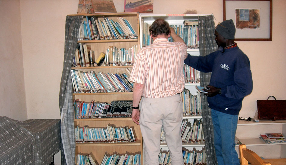Die kleine Bibliothek enthält eine Mischung aus Unterhaltung und Lernstoff.