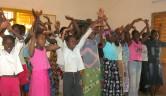 Eine lautstarke und lebhafte Begrüßung... Das gemeinsame Singen soll den Zusammenhalt zwischen den Jüngeren und den Älteren festigen.