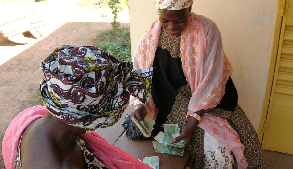 Präsidentin und Sekretärin einer Frauengruppe zählen die Zinsen – 5% im Quartal, was in Mali günstig ist – die sie zurückzahlen müssen.