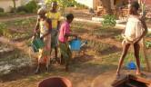 Die Mädchen sind in Gruppen eingeteilt und übernehmen abwechselnd täglich anfallende Aufgaben – wie Gruppenräume, Zimmer, Hof und Toiletten reinigen und den Garten gießen.