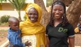Tag der offenen Tür im Centre: Djeneba und Fatoumata, Vollwaisen, freuen sich über den Besuch ihrer Tante.