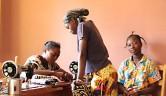 Aminata Thera war unsere erste Schneiderin mit einer guten Ausbildung. Sie näht die von den Schulen vorgeschriebenen Uniformen.