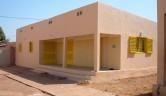 Das neue Gebäude ist fertig. In diesem Haus befinden sich auch der Computerraum und das Gästezimmer mit Klimagerät und ein Bad mit Dusche und Sitztoilette.