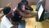 Die jüngeren Schülerinnen werden von unserem Mitarbeiter Souleyme Maiga und von der ehemaligen Schülerin Oumou Konate unterrichtet.