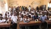 Eine Präsentation des Unterrichts in dem vom Schuldirektor bemalten, überfüllten Klassenraum darf nicht fehlen.