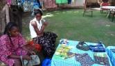 Astan Namparé, die Leiterin und ihre beiden Prakrtikantinnen haben schon eine Menge produziert: Taschen u.a. Accessoires, Kleider, Tischdecken. Die Vielfalt an Stoffen und Mustern sind typisch für Mali.