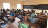 Unterricht im frisch fertiggestellten Klassenraum in Youré.