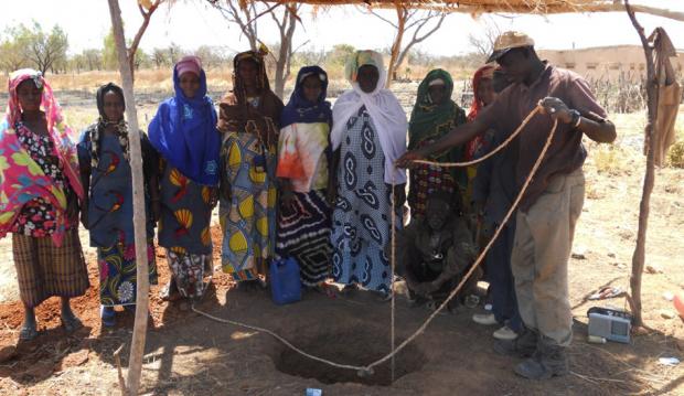 Beginn des Brunnenbaus für den Gemeinschaftsgarten in Siokoro