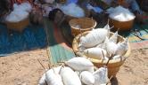 Während der Einweihungsfeier des Brunnens in Boro demonstrieren Frauen das Baumwollspinnen.