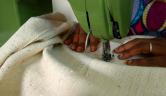 Im Schneideratelier weden die Webstreifen zu Decken verarbeitet.