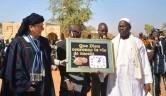 Abordnung der Malier in der Elfenbeinküste überreichen ein Geschenk zur Einweihung. Gunthard Weber in einem traditionellem Dogongewand, das von Hand für ihn genäht wurde.