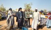 Überreichung eines Geschenkes an Gunthard Weber durch die Delegation aus der Elfenbeinküste.