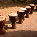 // Djemben im Hof des Zentrums in Bamako. Fotos: ©Milly Orthen