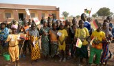 SchülerInnen vor der Grundschule in Youré.