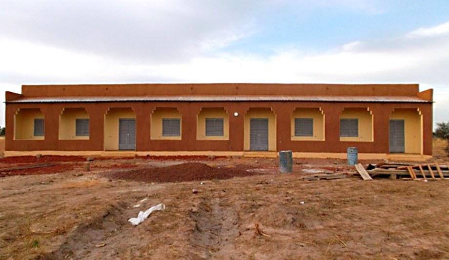 Das fertige Schulgebäude vor der Eröffnung.