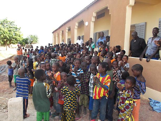 Eröffnung des dreiklassigen Schulgebäudes mit 160 SchülerInnen