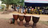 Schulfest in Jiiya Bon in Bamako: Die Trommeln warten auf ihren Einsatz.