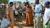 Begrüßung der aufgereihten Dorfältesten beim Empfang.