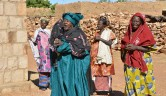 Begrüßung durch Frauen der Frauenkooperative
