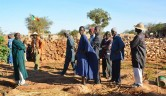 Die jungen Männer des Dorfes im Lehrgemüsegarten, den sie neben der Schule für die SchülerInnen angelegt haben.